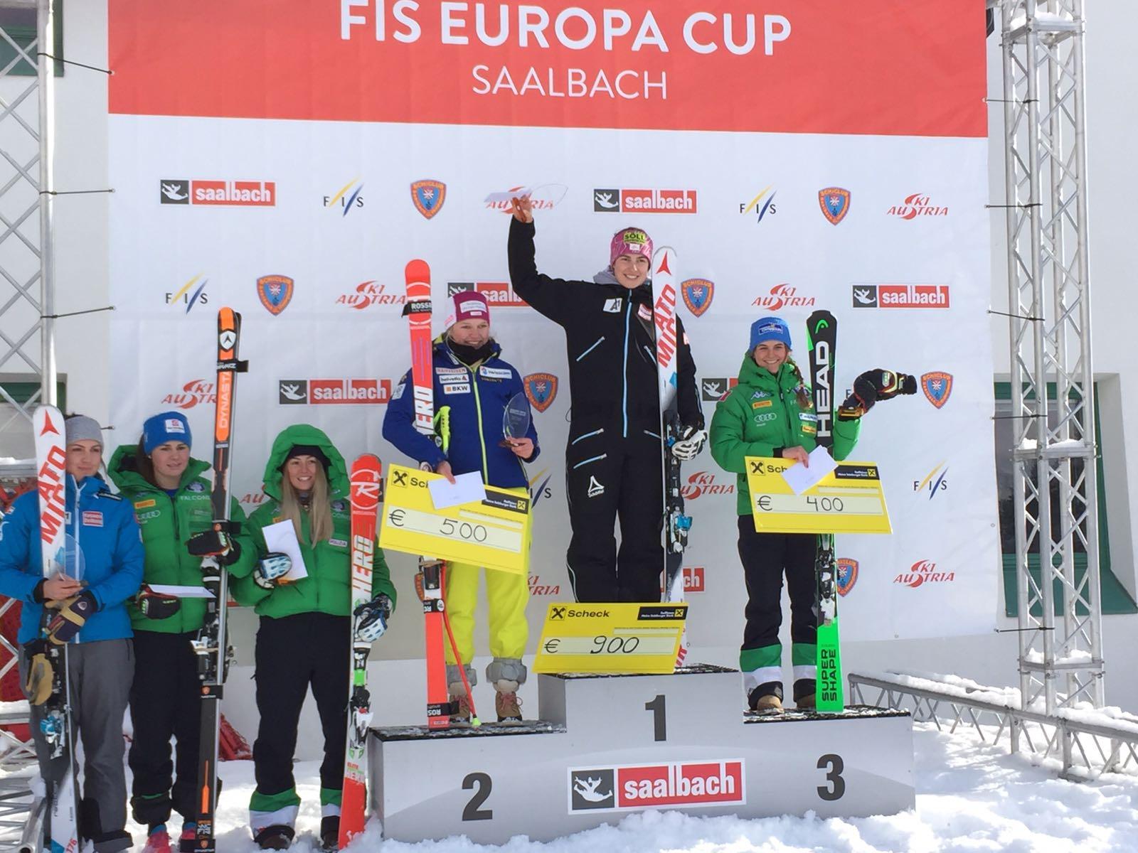 Tempo di premiazioni a Saalbach: sul terzo gradino del podio della seconda discesa Laura Pirovano. A sinistra si notano Nicol Delago, quinta, e Roberta Melesi, quarta