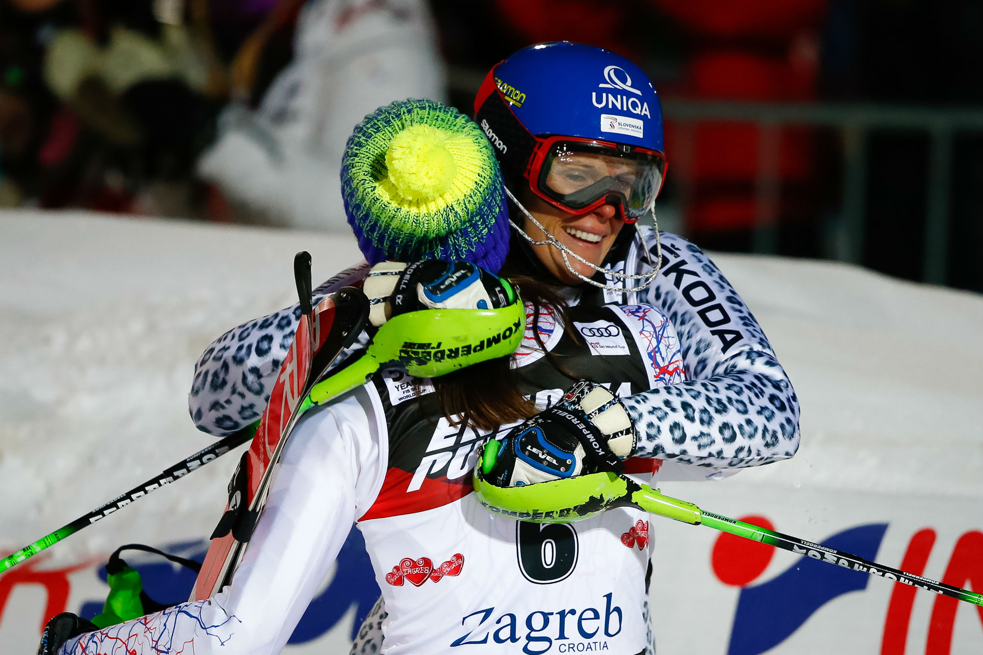 Zuzulova abbraccia Vlhova, di spalle. Slovacchia in trionfo a Zagabria (@Zoom agence)