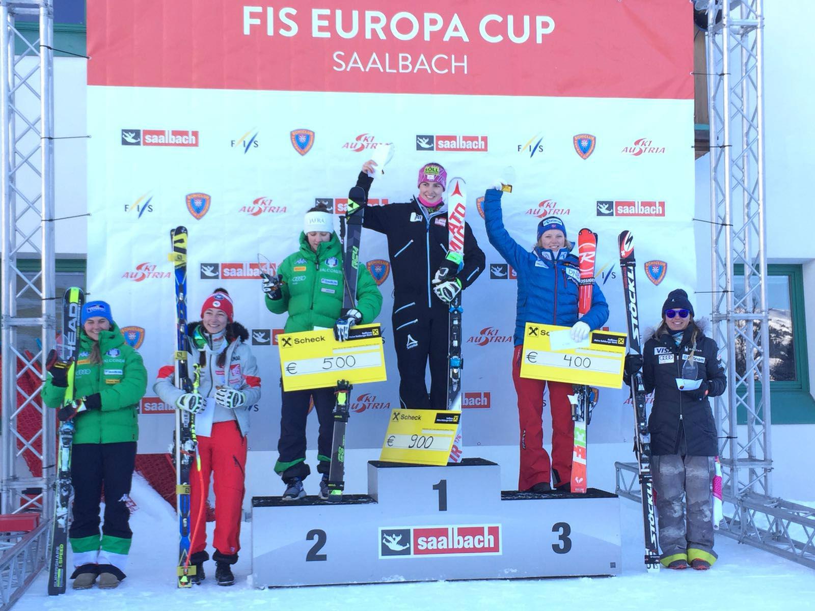 Federica Sosio, in giacca verde, seconda nella discesa sprint di Saalbach. All'estrema sinistra si riconosce anche Laura Pirovano