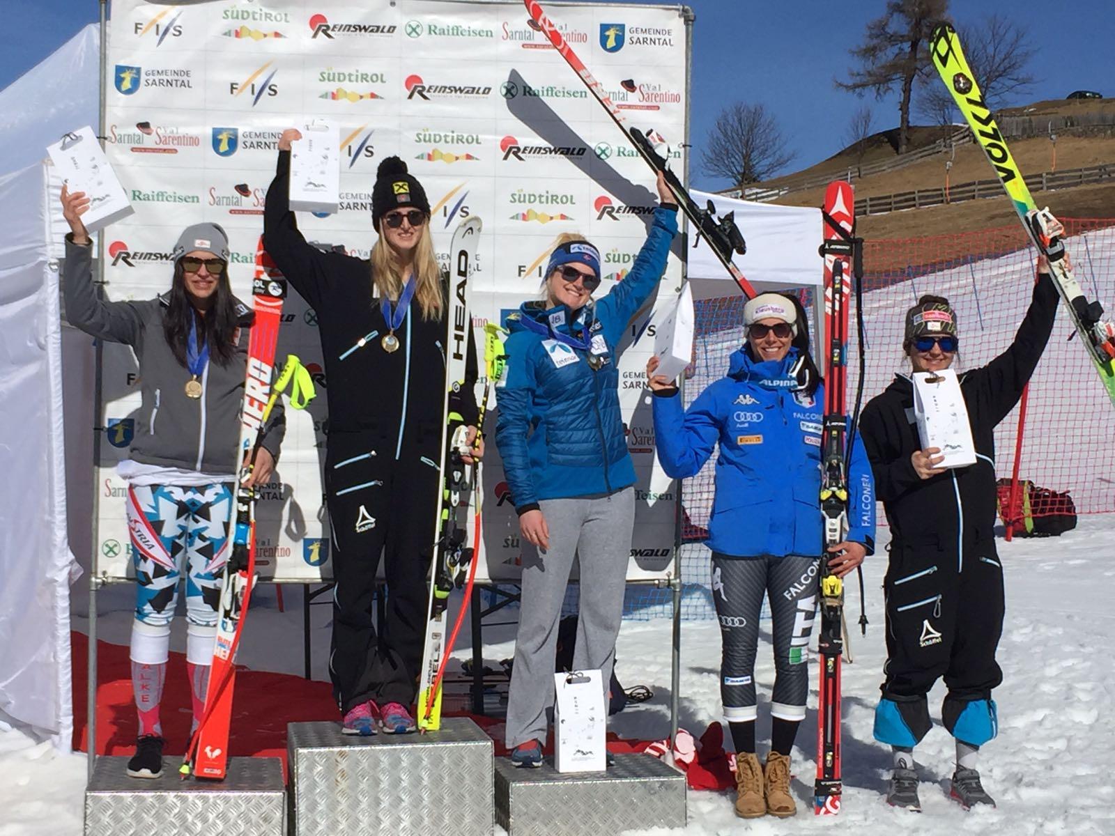 Da sinistra: Fest, Ortlieb, Riis-Johannessen, Anna Hofer e Sabrina Maier durante la premiazione del superG odierno a Sarentino