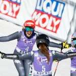 Federica Brignone sta per essere travolta dall'abbraccio delle compagne Sofia Goggia e Marta Bassino ad Aspen (@Zoom agence)