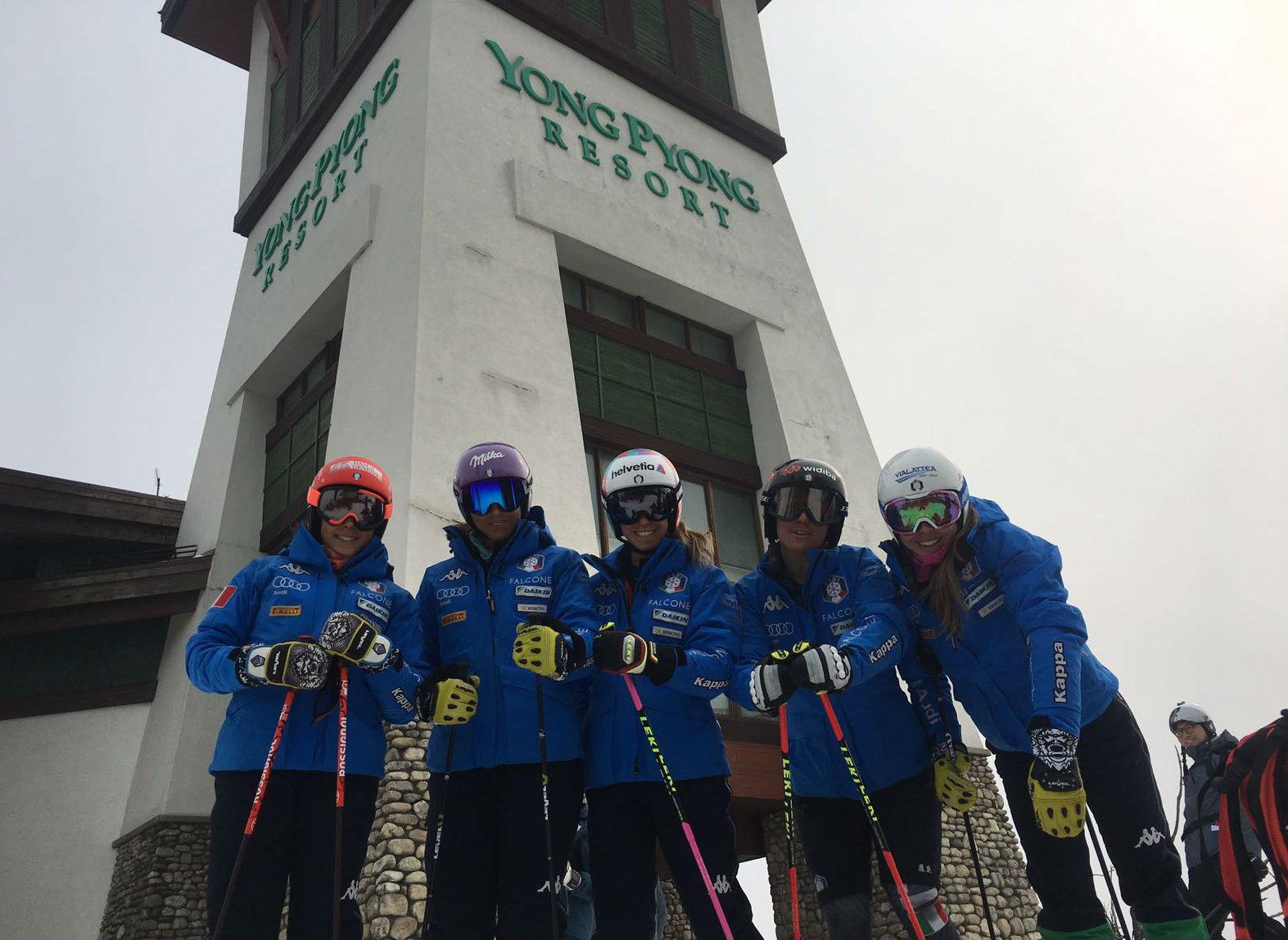 Da sinistra: Brignone, Curtoni, Bassino, Goggia e Marsaglia provano la pista che ospiterà il gigante olimpico a PyeongChang 2018