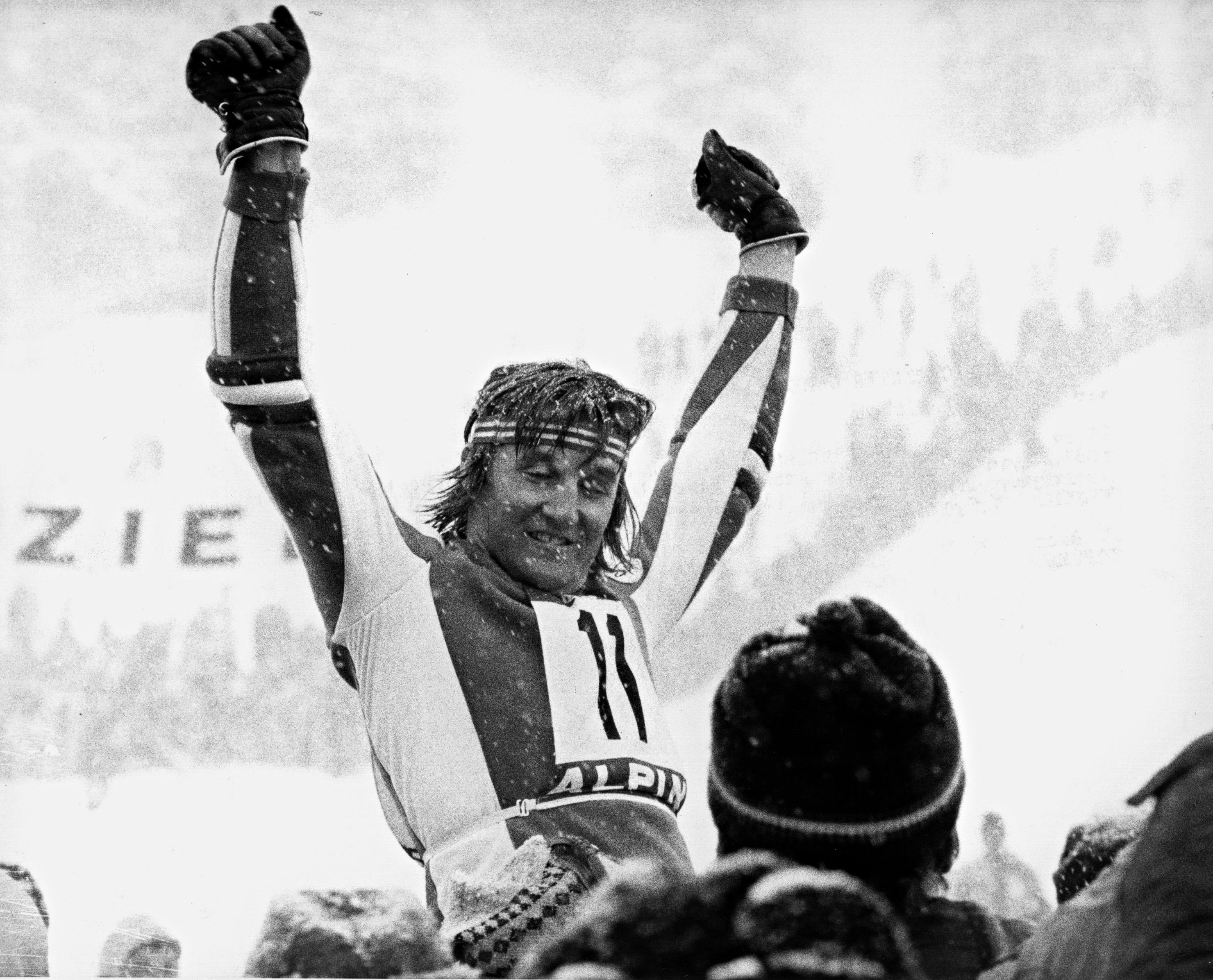 Piero Gros in trionfo il 14 febbraio 1976 a Innsbruck. Ha appena vinto l'oro olimpico in slalom davanti a Thoeni