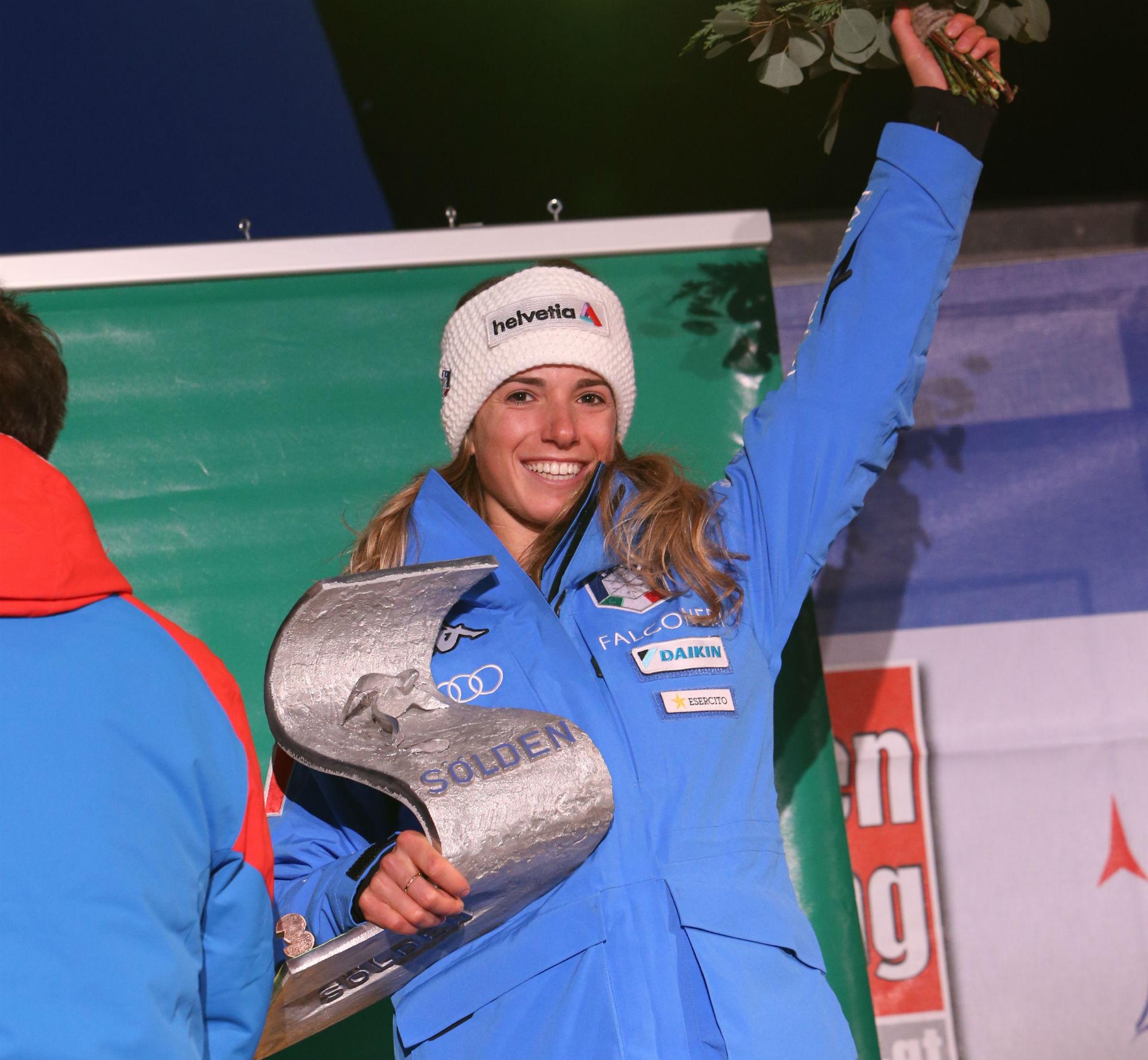Marta Bassino sul podio a Soelden durante la premiazione serale (@Zoom agence)