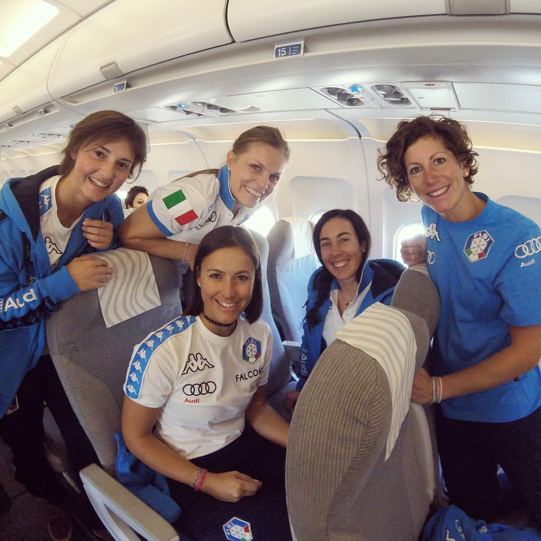 Da sinistra: Perruchon, Moelgg, Curtoni, Azzola e Costazza sull'aereo per Levi (@Pag. FB ufficiale Costazza)