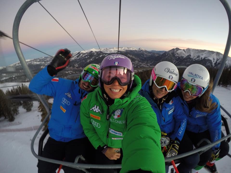 Elena Curtoni con la giacca verde in seggiovia con compagni e compagne di squadra (@Curtoni)