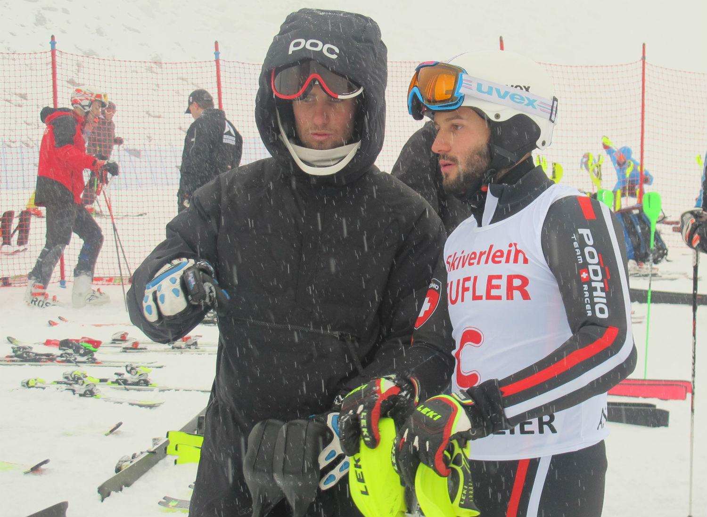Marco Biasci nella start area sotto neve mista ad acqua con Edoardo Giunipero