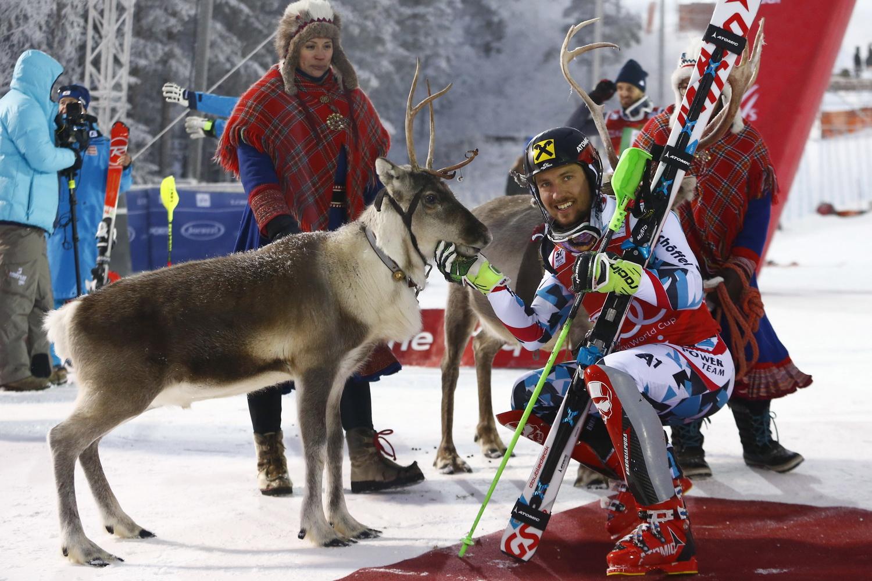 Marcel Hirscher con la renna messa in palio a Levi ©Agence Zoom