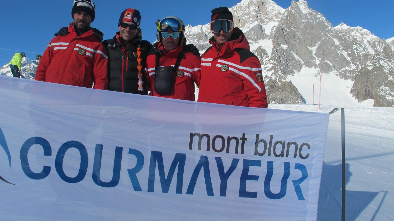 Mosca Barberis, Rossi, Belfrond e Schieppati posano di fronte al Mont Blanc ©Gabriele Pezzaglia