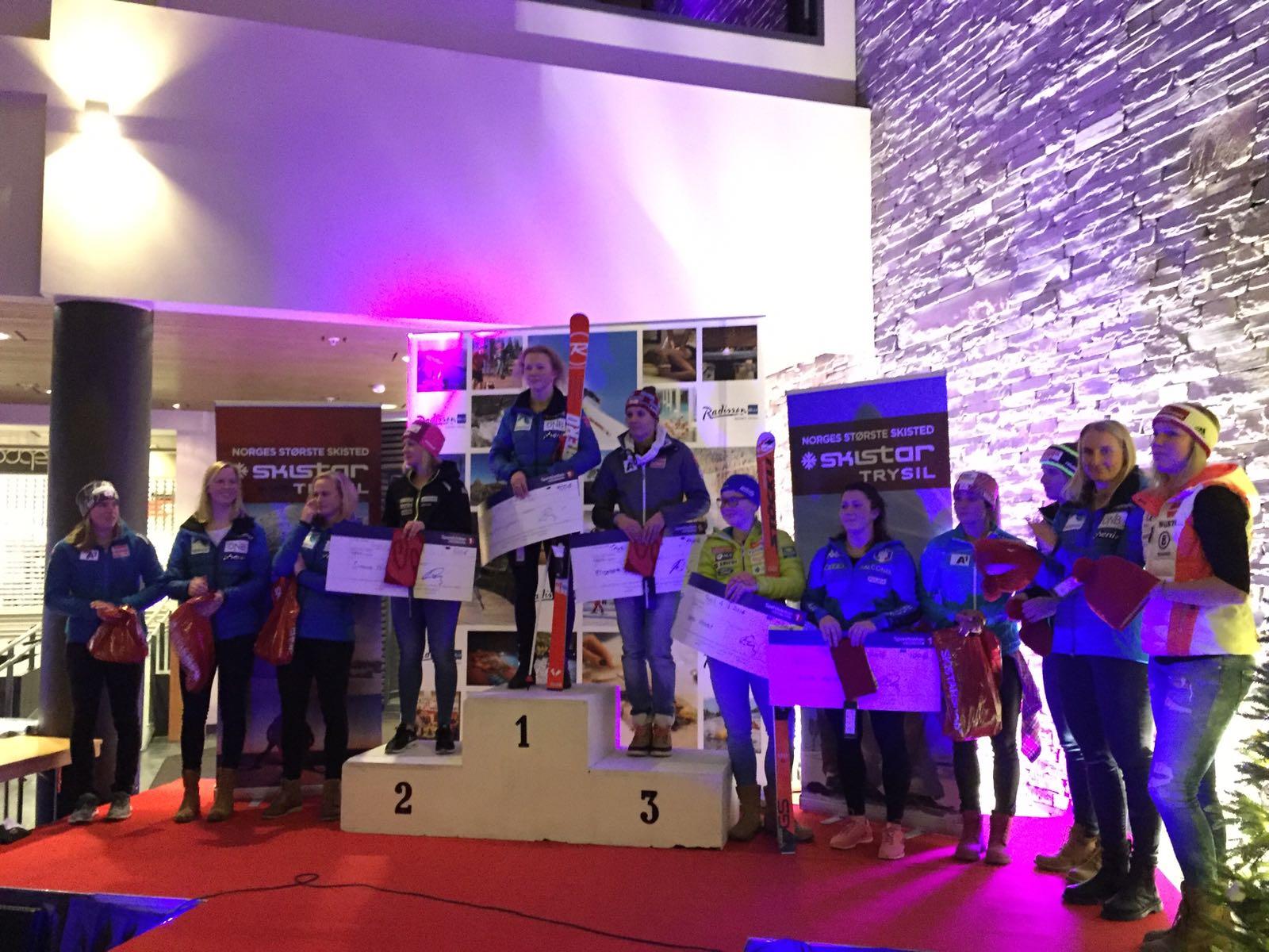 Premiazione gigante donne a Trysil. Nicole Agnelli è la quinta da destra (@Salvadori)