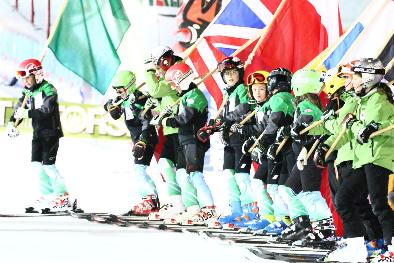 I bambini dello sci club che hanno sfilato con le bandiere
