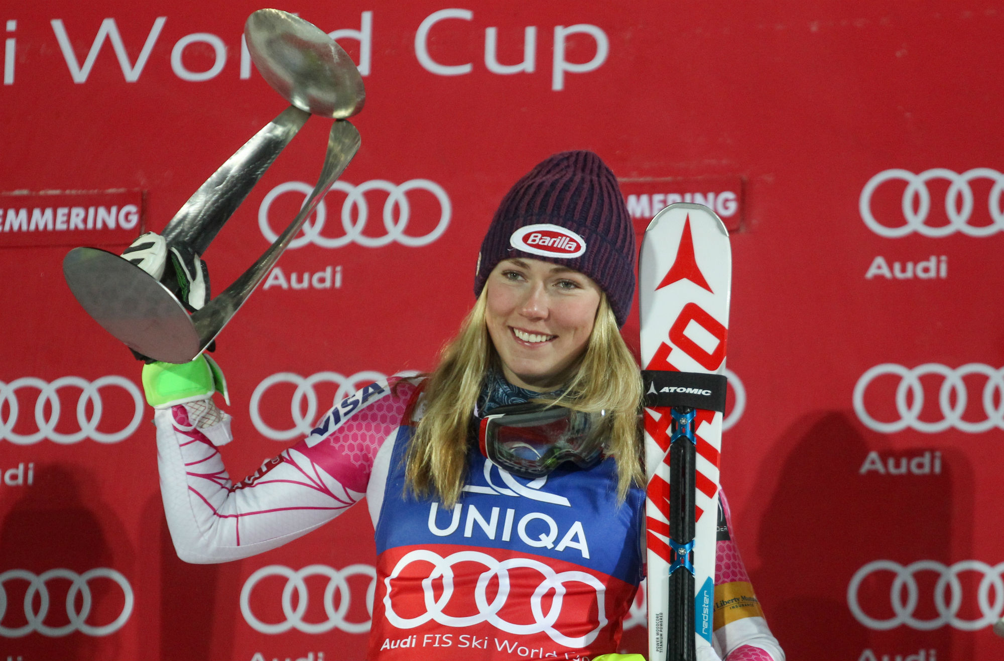 Mikaela Shiffrin con il trofeo a Semmering (@Atomic Gepa)