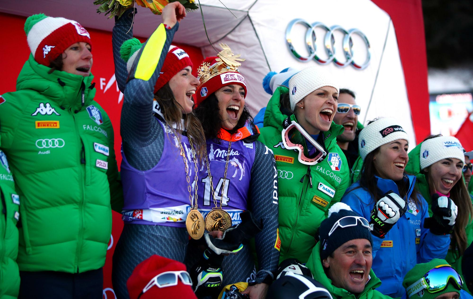 Costazza, Bassino, Brignone, Moelgg, Goggia e Marsaglia sul podio con il dt Guadagnini (@Pentaphoto)
