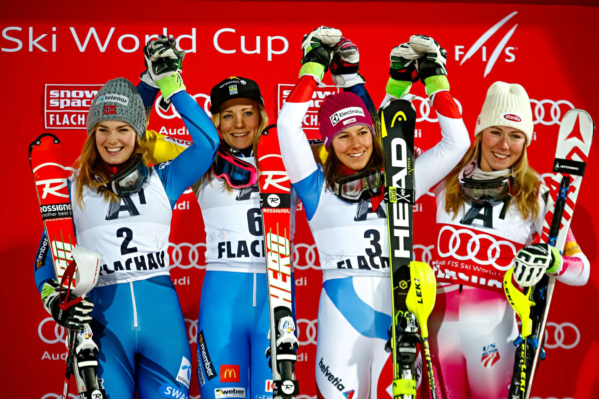 Da sinistra: Nina Loeseth, Frida Hansdotter, Wendy Holdener e Mikaela Shiffrin sul podio a Flachau (@Zoom agence)