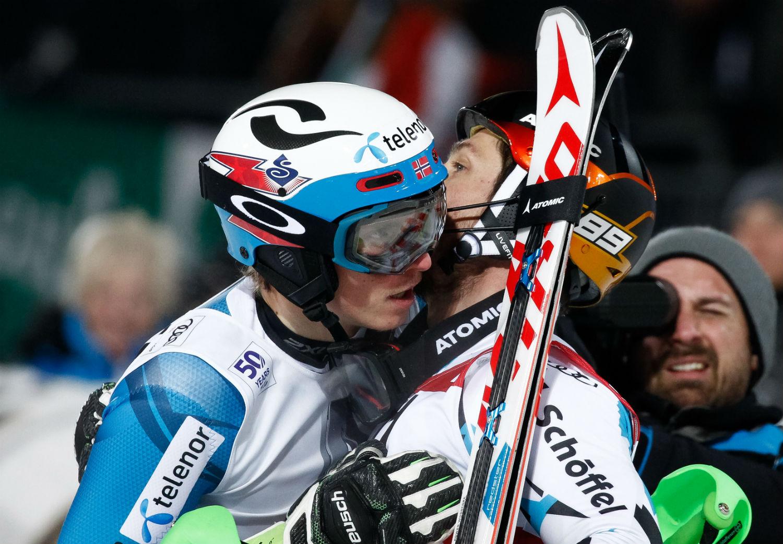 L'abbraccio nella finish area fra Marcel Hirscher ed Henrik Kristoffersen ©Agence Zoom