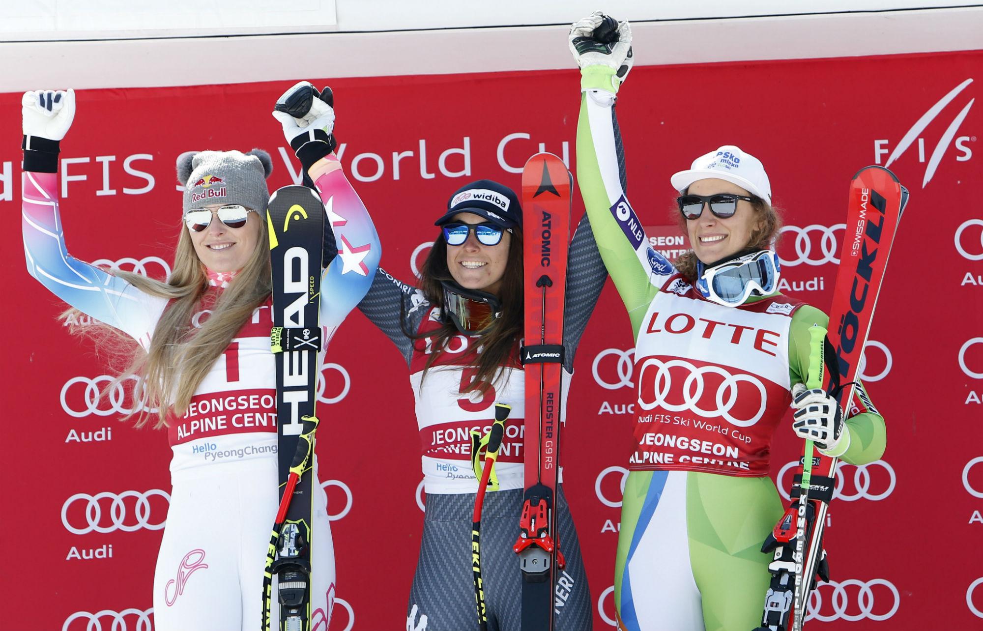 Da sinistra: Lindsey Vonn, seconda; Sofia Goggia, prima; Ilka Stuhec, terza. Il podio della discesa libera a Jeongseon, in Corea (@Zoom agence)
